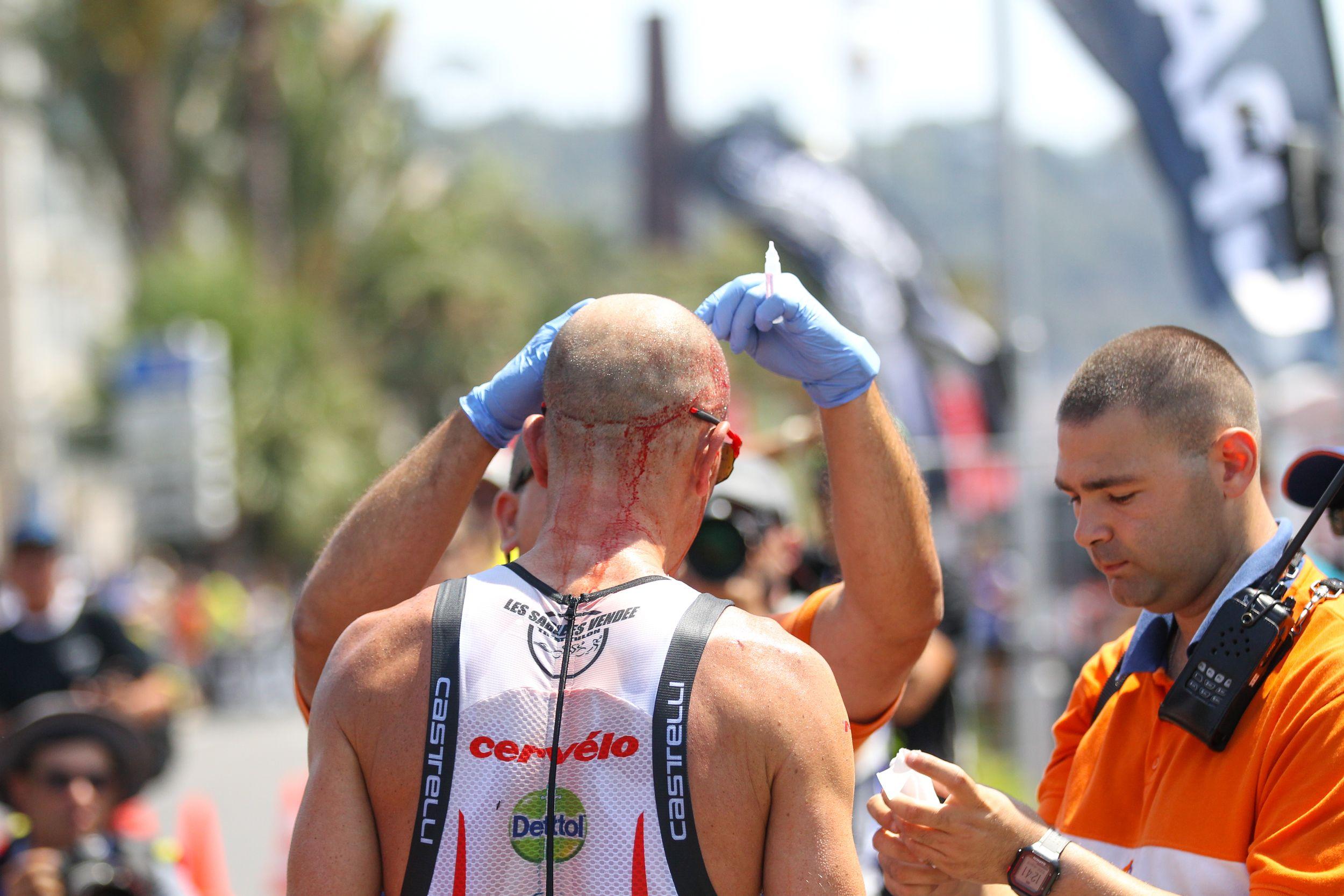 Frederik Van Lierde met hoofdwonde Ironman Nice